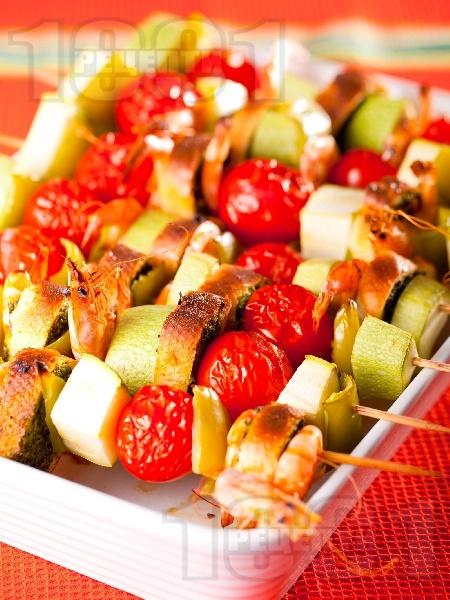 Зеленчукови шишчета с тиквички, чери домати, скариди и босилекови хлебчета на скара - снимка на рецептата